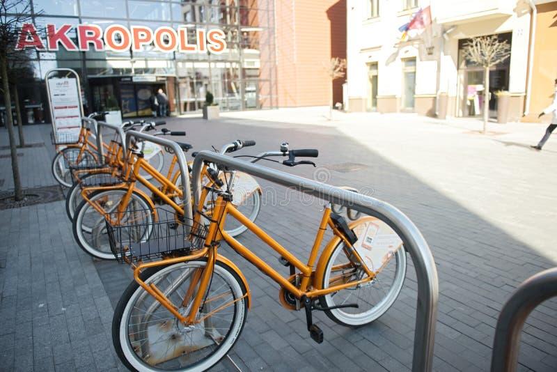 Kaunas, Lituânia, o 15 de abril de 2019: As bicicletas compartilhadas são alinhadas nas ruas fotografia de stock royalty free