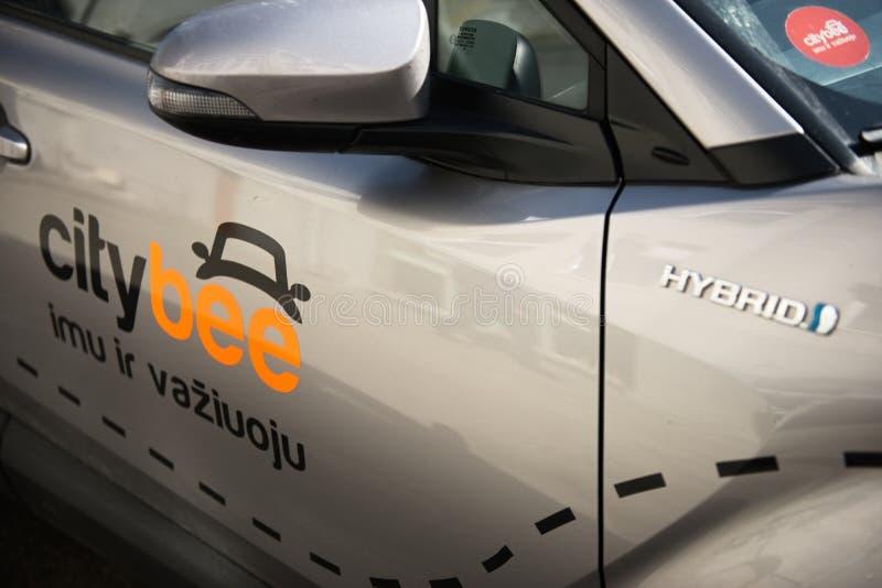 Kaunas, Lituânia, o 15 de abril de 2019: Grey Color Car With Logo Citybee na rua imagens de stock royalty free