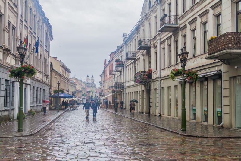 KAUNAS, LITUÂNIA - 16 DE AGOSTO DE 2016: Os povos andam ao longo da rua do gatve de Vilniaus em Kaunas, Lithuani fotos de stock royalty free