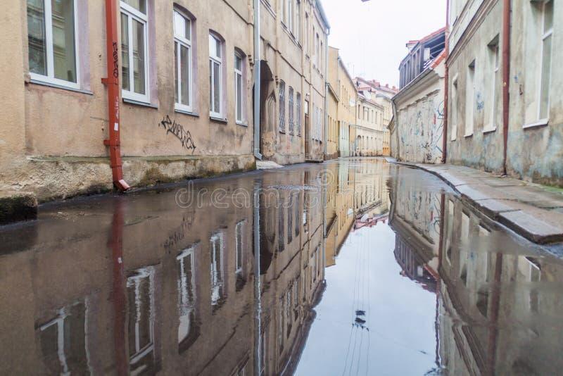 KAUNAS, LITUANIA - 16 DE AGOSTO DE 2016: Calle inundada después de lluvia en el centro de Kaunas, Lithuani fotografía de archivo