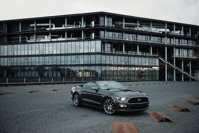 Kaunas, Lituanie - 4 mai 2019 : Gray Ford Mustang cupe garée en centre-ville photographie stock