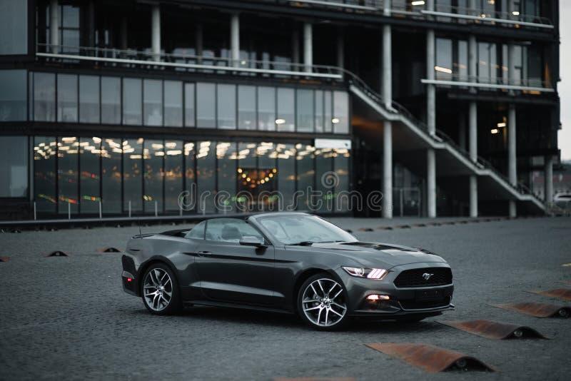 Kaunas, Lituanie - 4 mai 2019 : Gray Ford Mustang cupe garée en centre-ville image stock