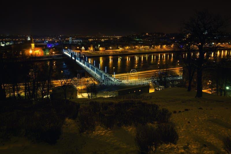 Kaunas-Nachtansicht, Aleksotas-Brücke, Litauen lizenzfreie stockfotografie