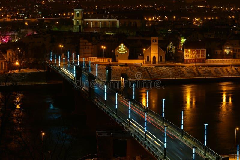 Kaunas nocy powietrzny widok, Aleksotas most, Lithuania obraz royalty free