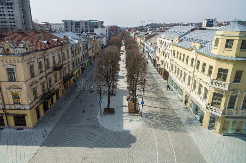 Kaunas pejzaż miejski z Sławną Uliczną Laisves aleją starego miasta obraz stock
