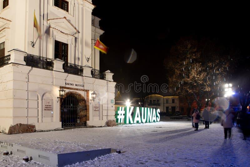 Kaunas urz?d miasta przy noc? zdjęcia royalty free