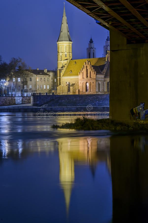 Kaunas Vytautas Church la nuit photographie stock