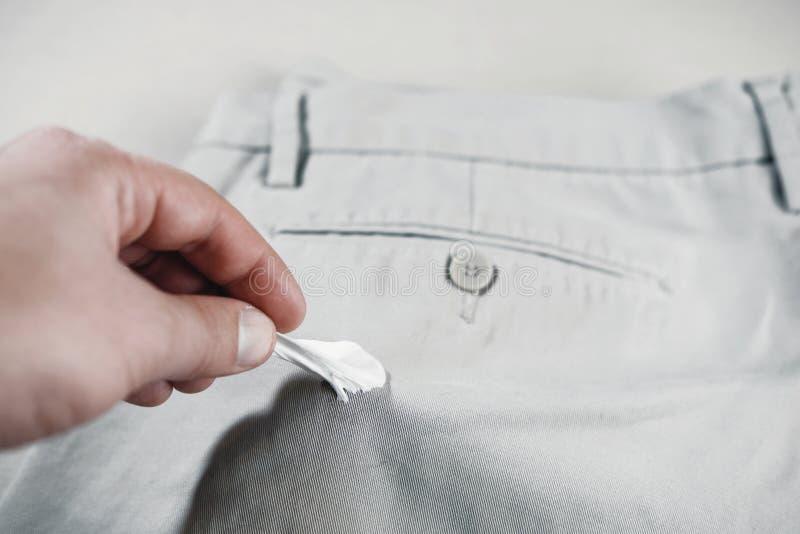 Kauwgom aan jeans, verwijdering wordt geplakt van kauwgom van broek die royalty-vrije stock afbeelding