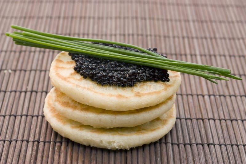 Kaviar auf Pfannkuchen lizenzfreie stockfotografie