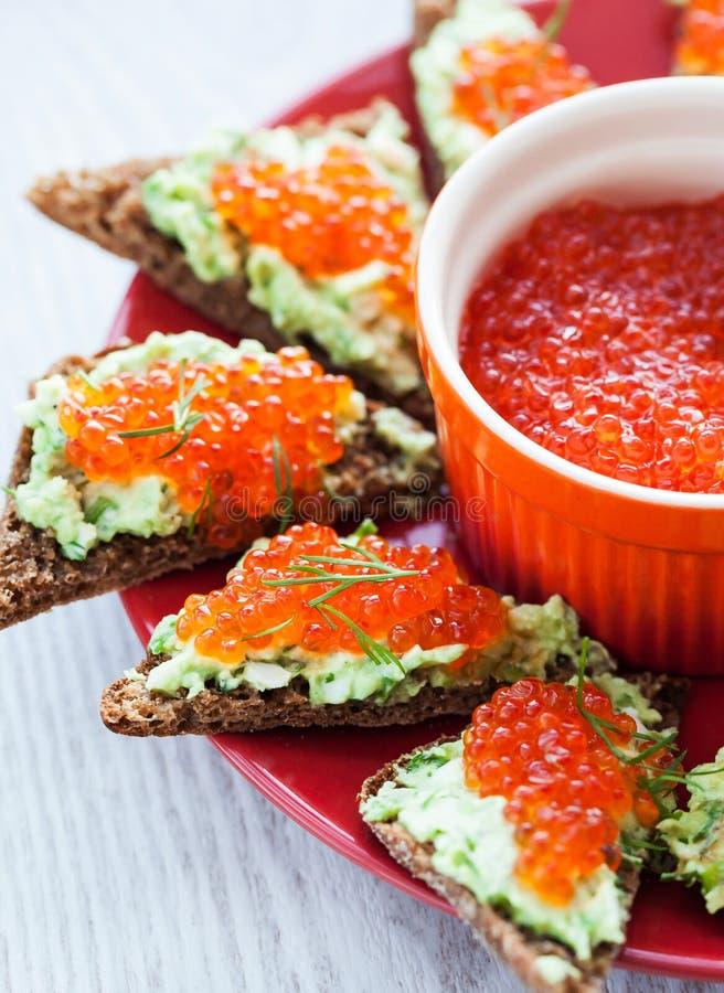 Kaviar- och avokadorostade bröd arkivbild