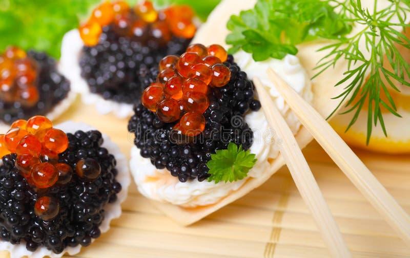 Kaviar som tjänas som i skal royaltyfri bild