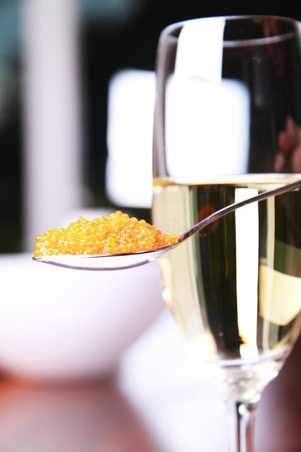 Kaviar und Champagner lizenzfreie stockfotos