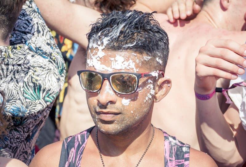 KAVOS, CORFU/GREECE- 22-ОЕ ИЮНЯ 2019: Молодые великобританские создатели праздника partying на одном из много, так называемый, кр стоковое фото