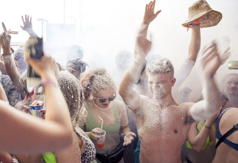 KAVOS, CORFU/GREECE- 22 JUIN 2019 : Jeunes fabricants britanniques de vacances faisant la fête sur un des nombreux, soi-disant, c photographie stock
