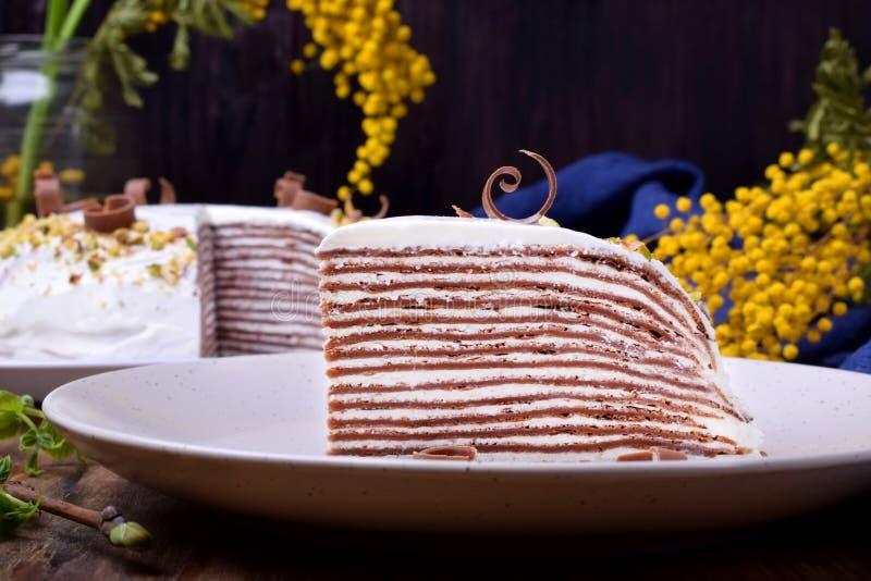 Kawałek czekoladowe krepy zasycha z kremowym serem zdjęcia stock