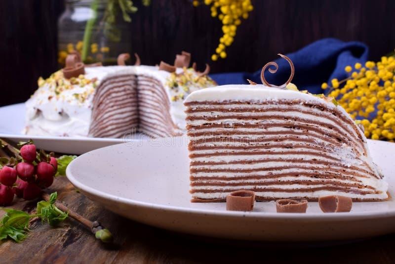 Kawałek czekoladowe krepy zasycha z kremowym serem obraz royalty free