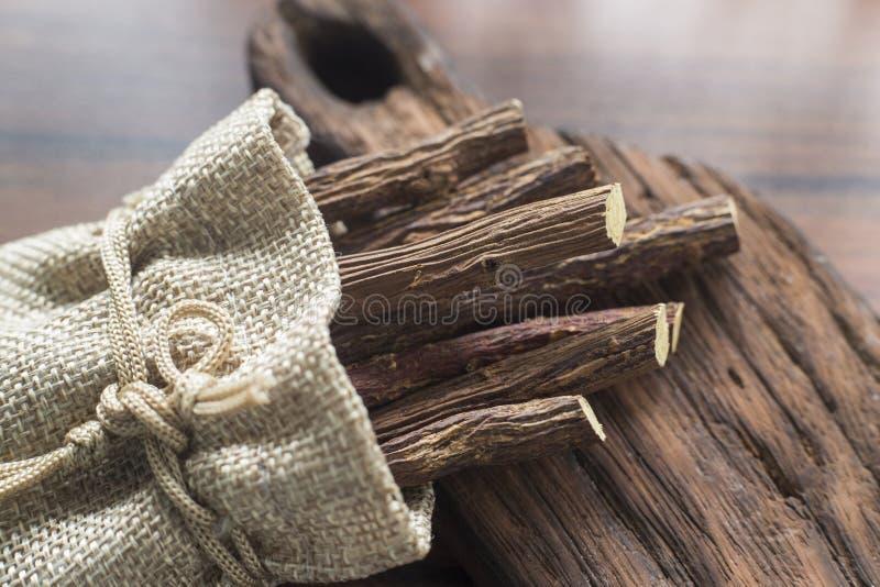kawałki lukrecjowy korzeń na stole fotografia royalty free