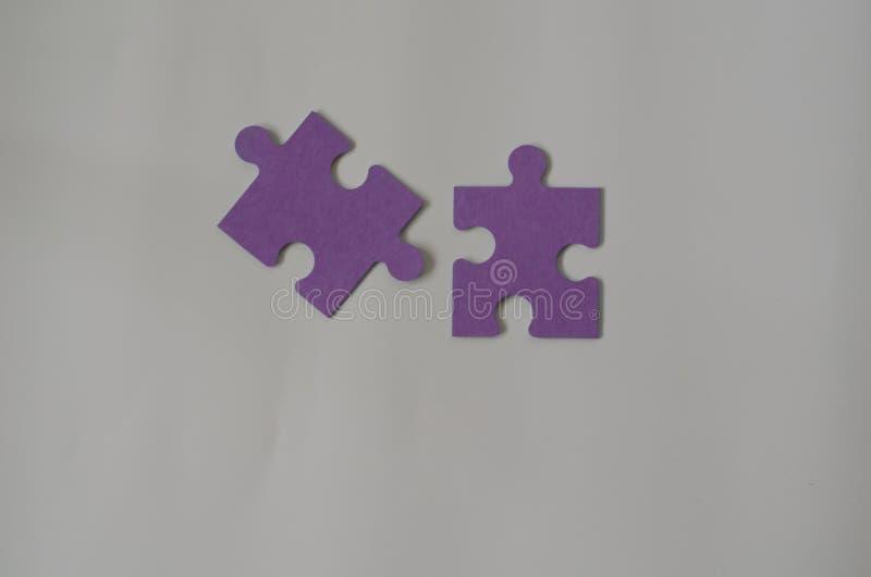 Kawałki purpurowa wyrzynarki łamigłówka na białym tle fotografia royalty free