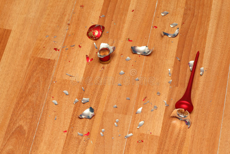 Download Kawałeczki Zdruzgotana Czerwona Bożenarodzeniowa Piłka Na Podłoga. Zdjęcie Stock - Obraz złożonej z nikt, katastrofa: 28969050