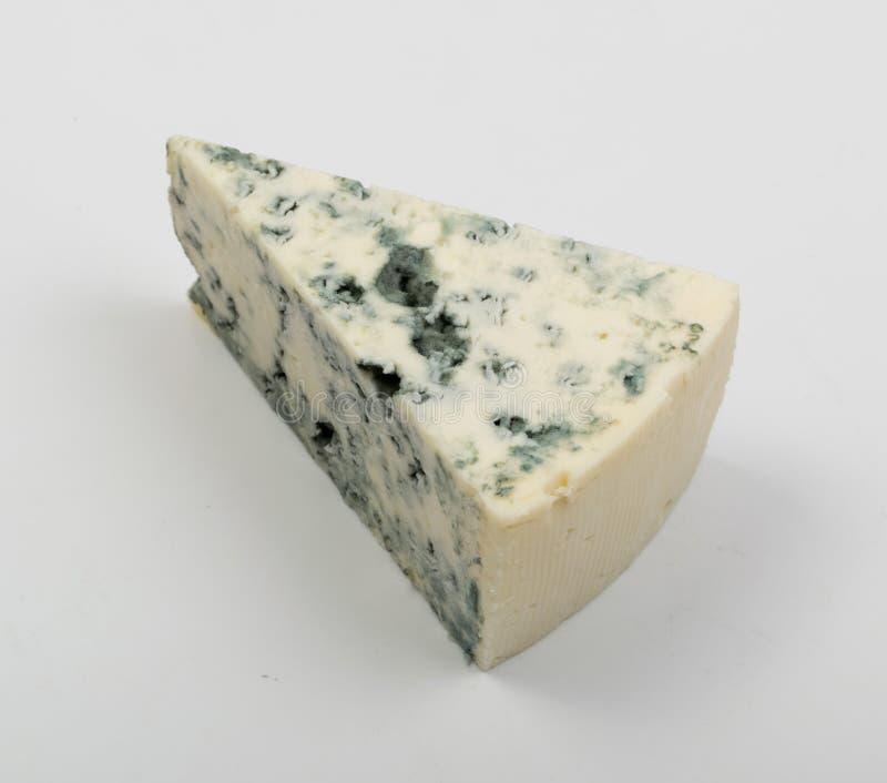 Kawałek Błękitny ser na Białym tle Zamkniętym W górę fotografia stock