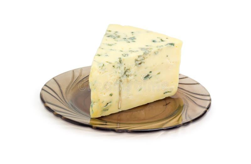 Kawałek błękitny ser na szklanym spodeczka zbliżeniu zdjęcie royalty free