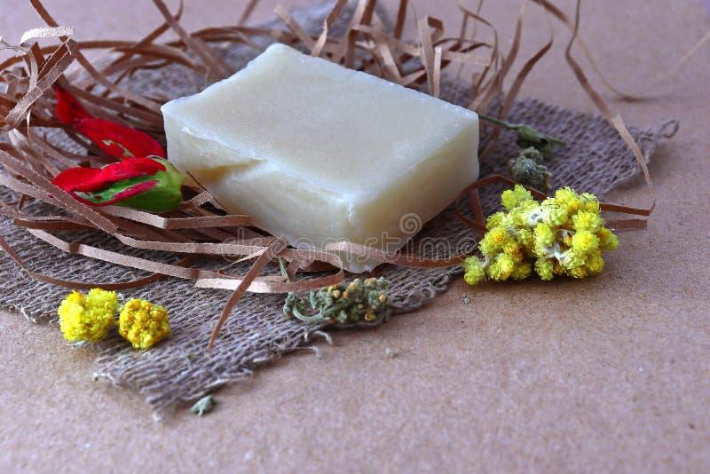 Kawałek biały fragrant handmade mydło na piłce papier fotografia stock