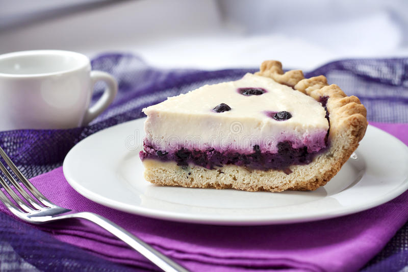 Kawałek cheesecake z czarnymi jagodami zdjęcia royalty free