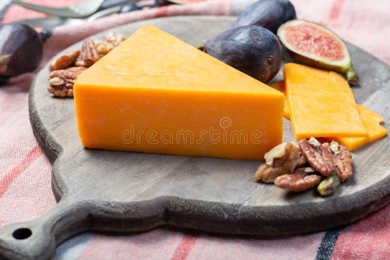 Kawałek ciężki pomarańczowy cheddaru ser zamknięty w górę zdjęcie royalty free