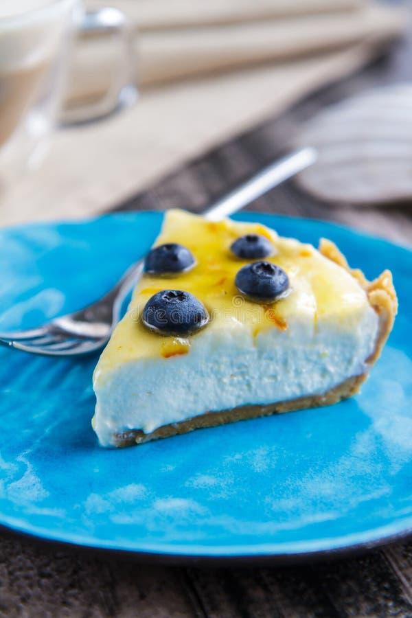 Kawałek czarnej jagody cheesecake bez piec na błękitnym talerzu obraz royalty free