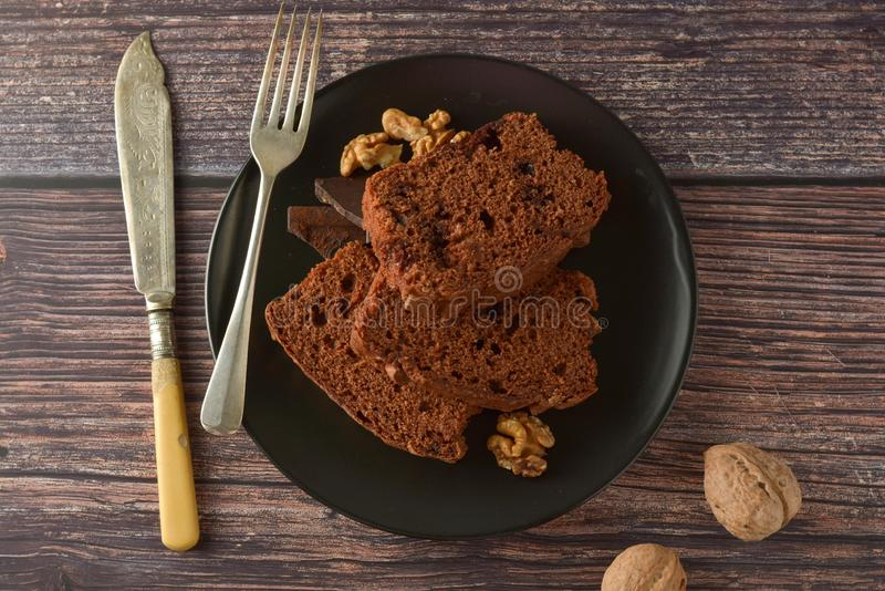 Kawałek czekoladowy tort, fudge lub funta tort, Drewniany t?o zdjęcie royalty free