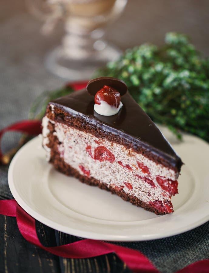 Kawałek czekoladowy tort z wiśniami fotografia royalty free