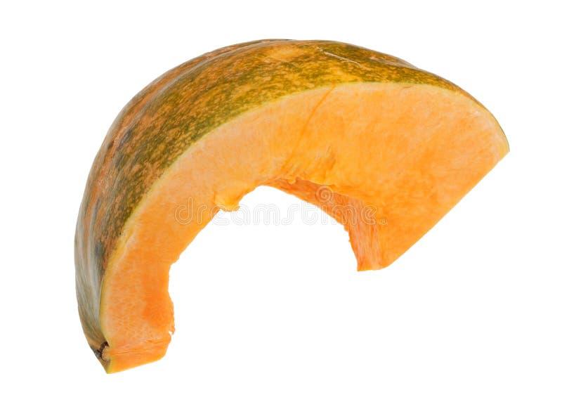 Kawałek dojrzała pomarańczowa bania z zieloną skórą odizolowywającą obraz stock