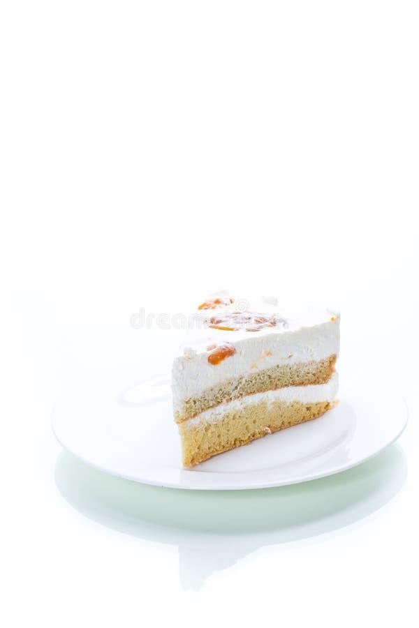 Kawałek domowej roboty cukierki tort z śmietanką i konserwować morelami obrazy stock