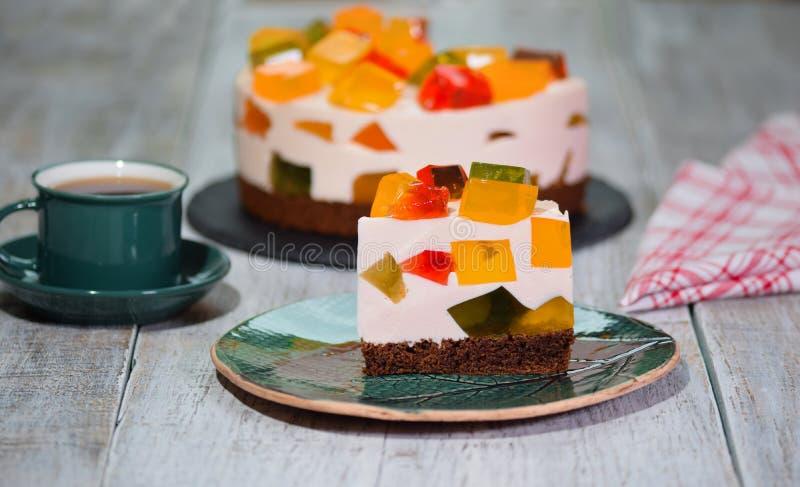 Kawa?ek Domowej roboty owocowy nabia? barwi?cy galareta tort na talerzu fotografia stock