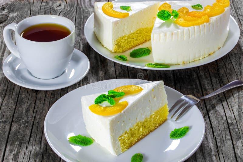 Kawałek domowej roboty wyśmienicie cheesecake na białym talerzu na starym nieociosanym drewnianym stole, horyzontalny zakończenie fotografia stock