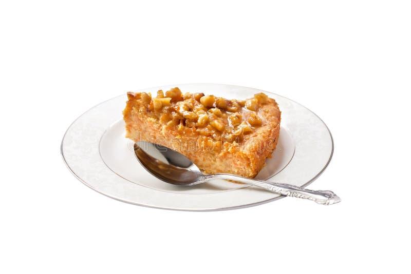 Kawałek dyniowy kulebiak z orzechami włoskimi na talerzu odizolowywającym obraz stock