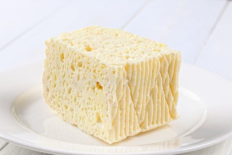Kawałek Feta ser na bielu talerzu zdjęcia royalty free