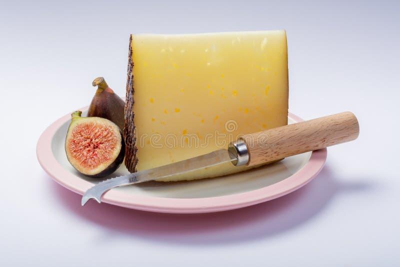 Kawałek Hiszpański ciężki scheep mleko serowy Manchego na białym boad odizolowywał zakończenie w górę zdjęcia stock
