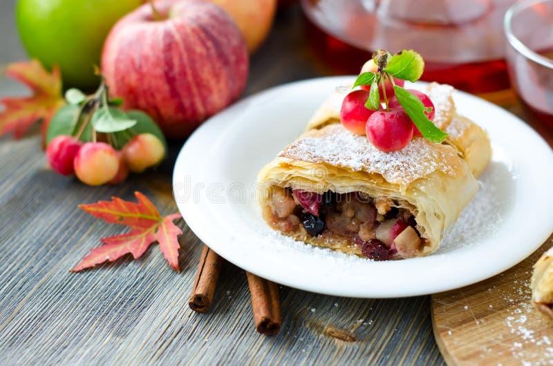 Download Kawałek jabłczany strudel zdjęcie stock. Obraz złożonej z niemiec - 57661754