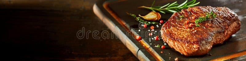 Kawałek kuperu stek na tnącej desce fotografia royalty free