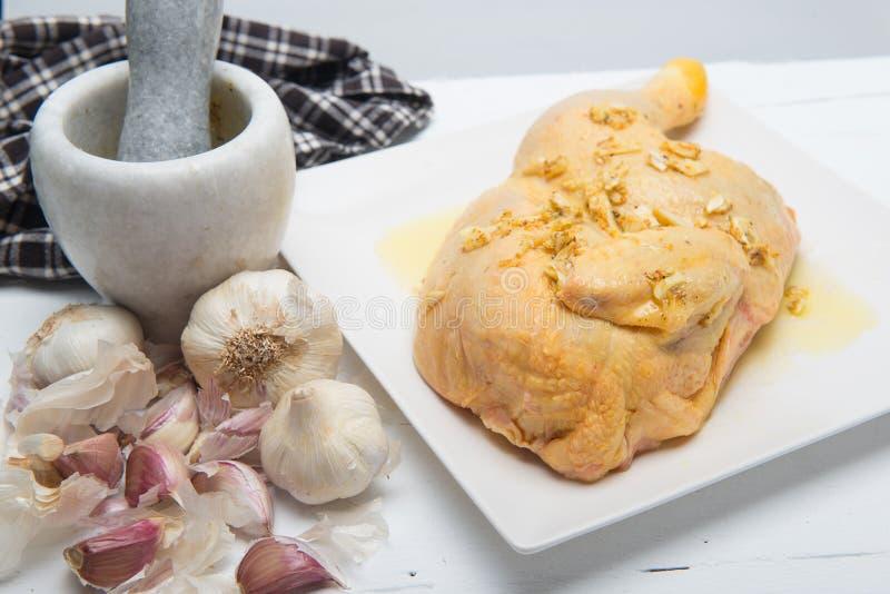 Kawałek kurczak na talerzu z czosnkiem obraz stock