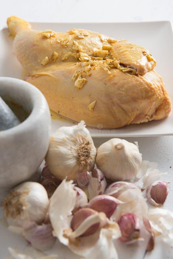 Kawałek kurczak na talerzu z czosnkiem zdjęcia royalty free