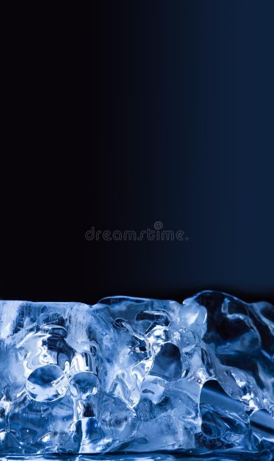 Kawałek lód na błękitnym tle Makro- widoku klejnotów przejrzyści glacjalni krystaliczni przedmioty Zamarznięci wodni abstrakcjoni zdjęcie royalty free