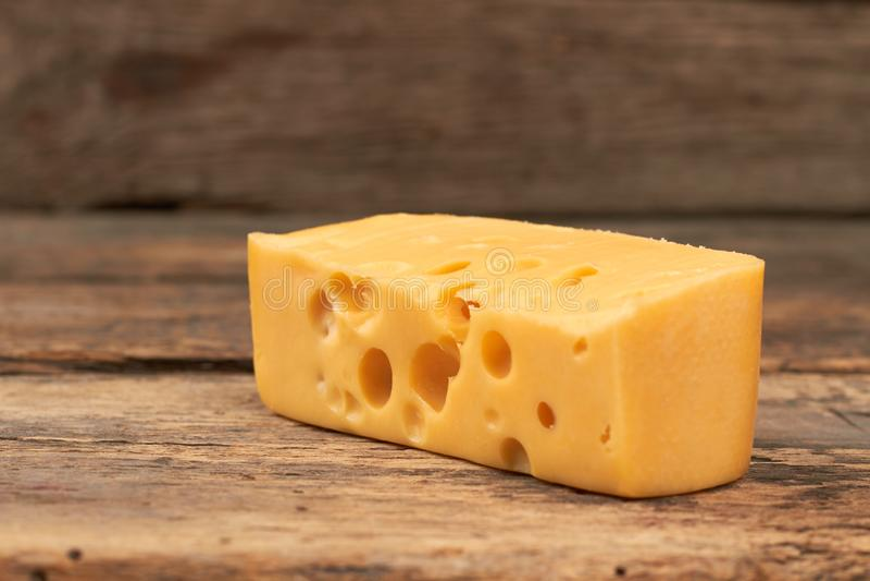 Kawałek maasdam ser na drewnianym tle obraz royalty free