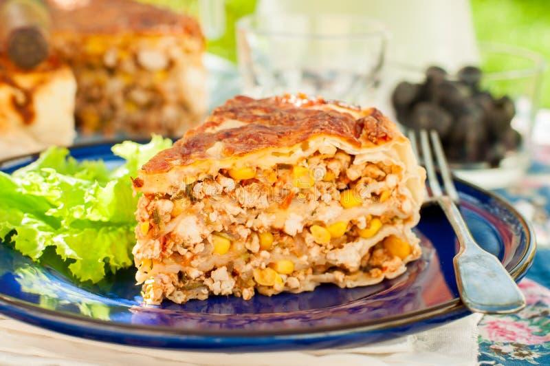 Kawałek Meksykańskiego kurczaka i Kukurydzanego Tortilla kulebiak obraz stock