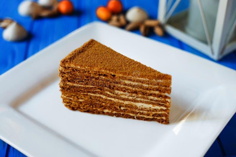 Kawałek miód ablegrował tort z wyśmienicie masło śmietanką Cukierki t zdjęcie stock