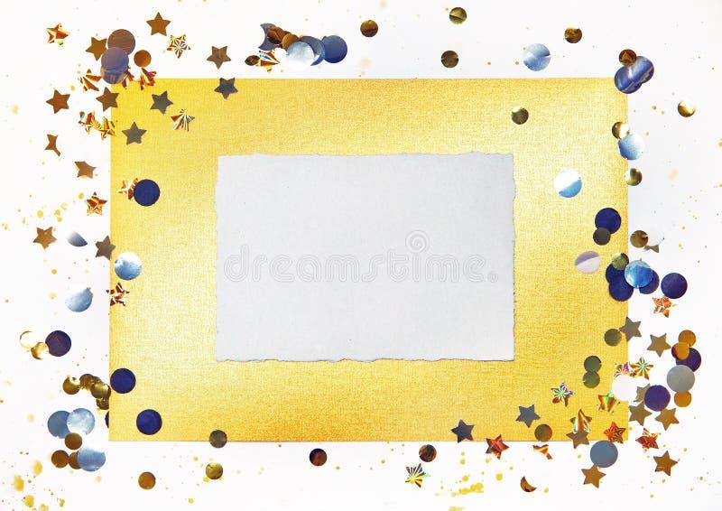 Kawałek papieru na złocistym i białym tle z gwiazdami zdjęcie royalty free