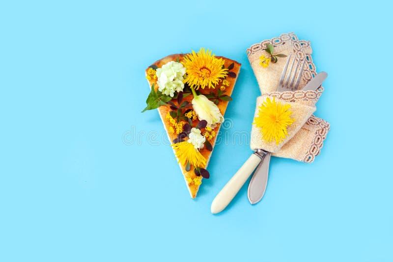 Kawałek pizzy plasterka tła żółtej błękitnej prymki kwiatu dandelion zieleni bukieta wiązki nożowy żółty tulipan zdjęcie royalty free