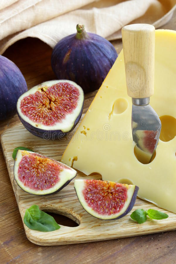Kawałek ser z świeżymi figami (Maasdam) fotografia royalty free