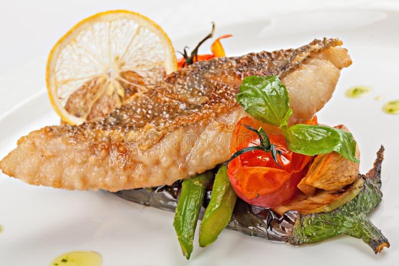 Kawałek smażąca biała ryba na poduszce piec na grillu warzywa zdjęcia stock